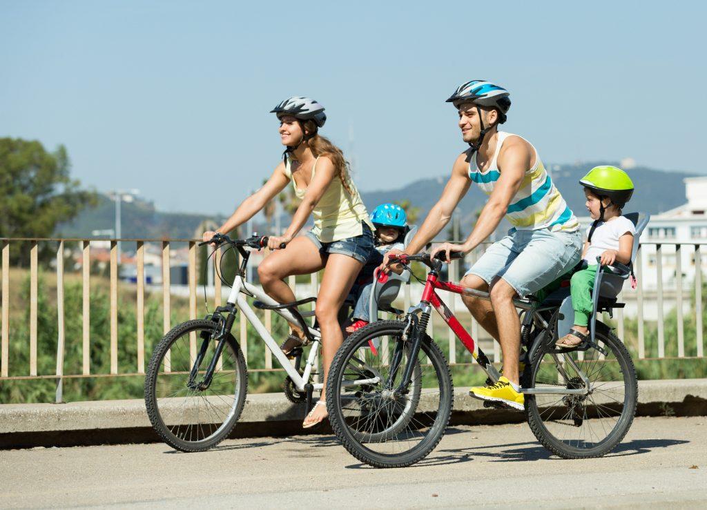 famille-qui-se-balade-à-vélo