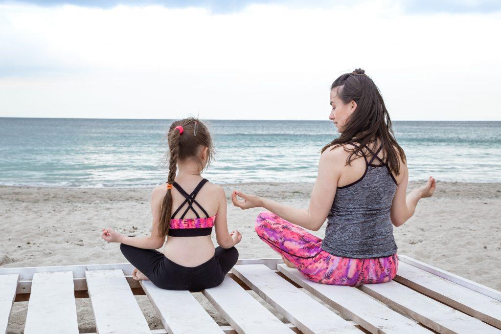 une-mère-et-sa-fille-en-pleine-séance-de-yoga