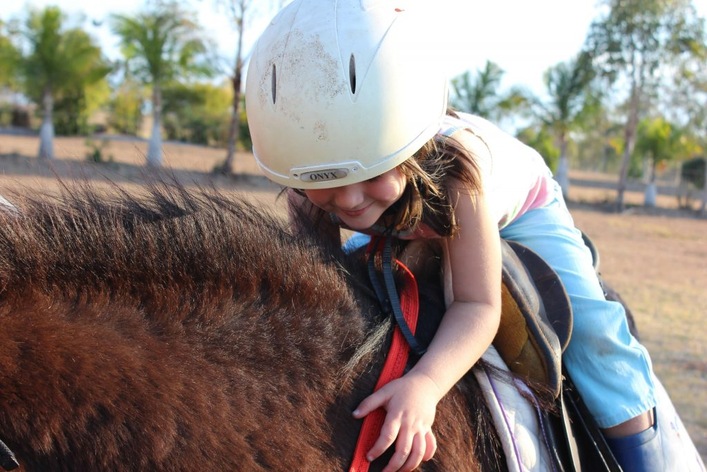 petite fille sur un poney